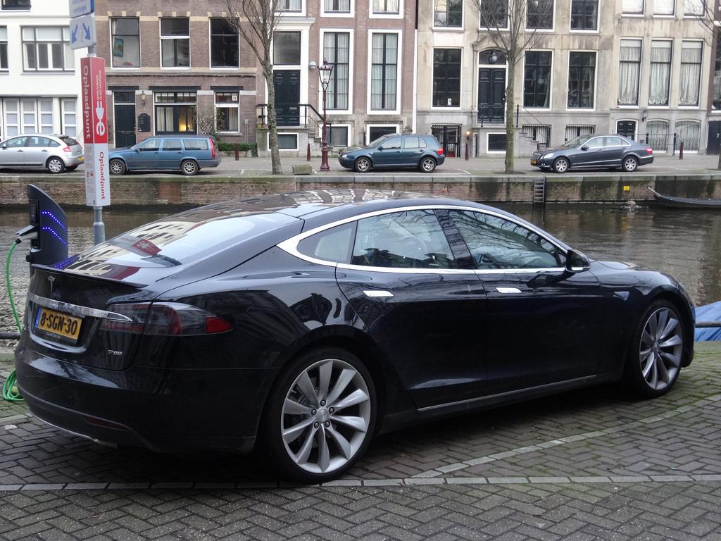 tesla-charging-supercharger-europe-flickr.jpg