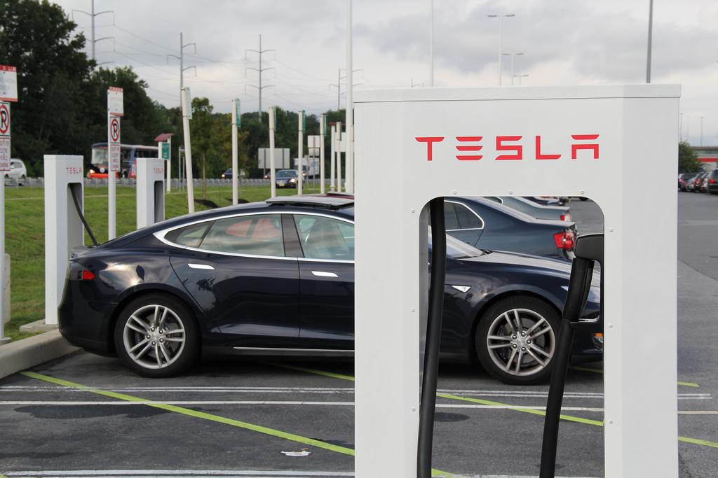 tesla-model-s-supercharger-station-zoom-flickr.jpg
