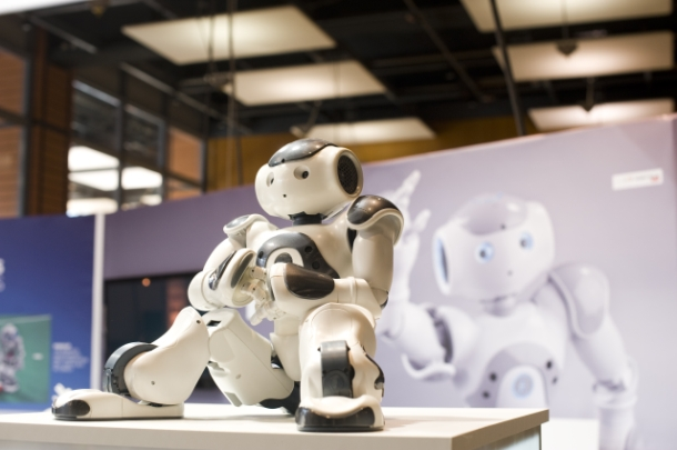 40154266-4-sitting-robot-innorobo-610-405.jpg