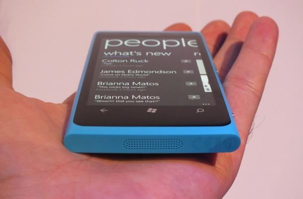Nokia Lumia 800 social networking