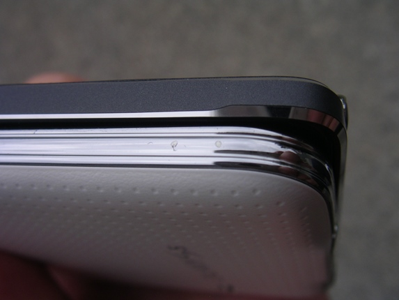 This image clearly shows the improved frame design of the Note 4 over the S5