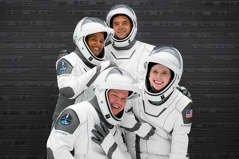 Les quatre premiers touristes de SpaceX s'envoient en l'air