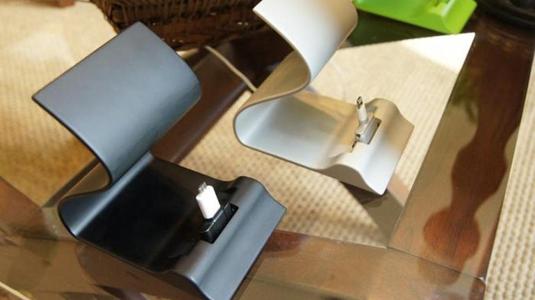 sarvi-dock-the-charging-station-for-smartphones-with-cases.jpg