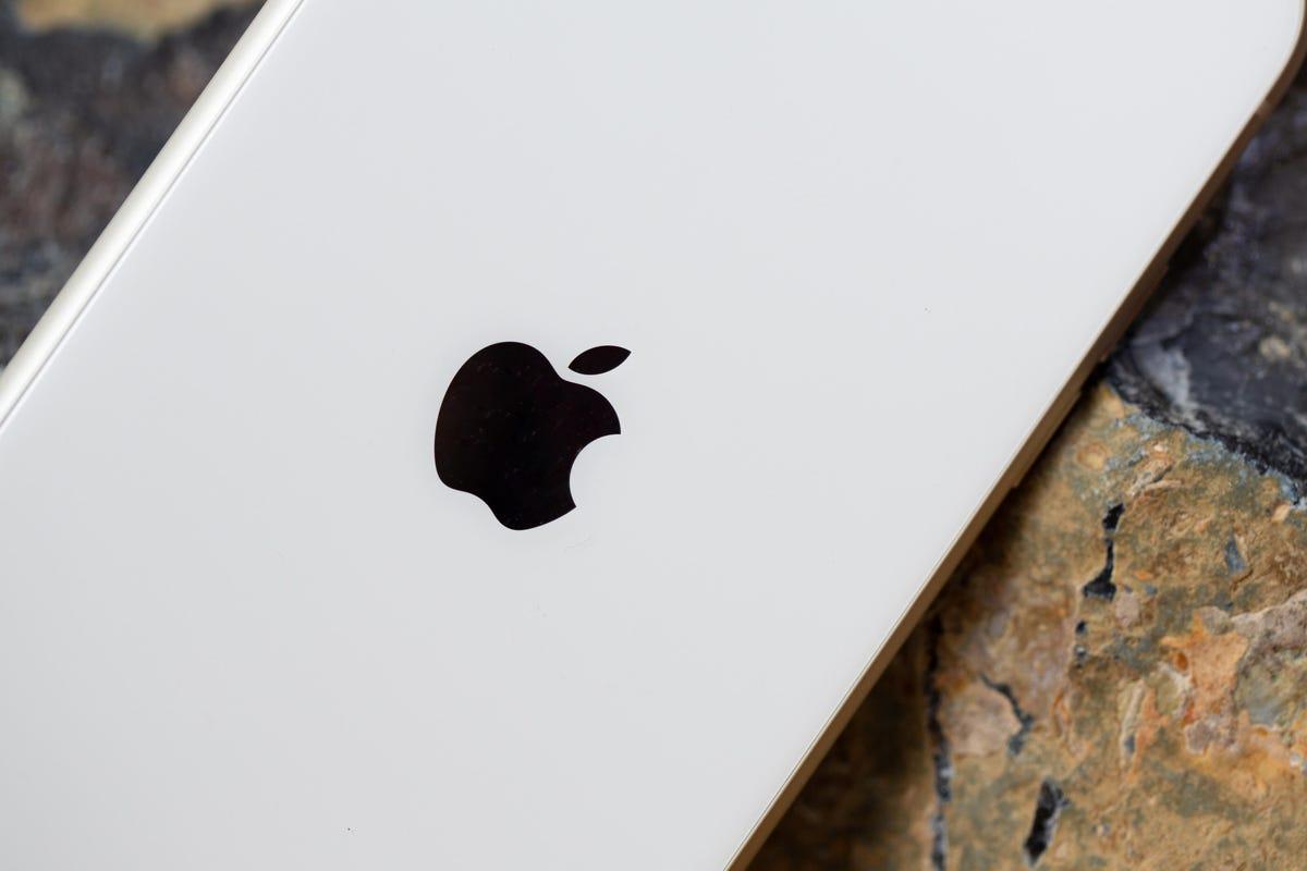 apple-iphone-11-logo-05421.jpg