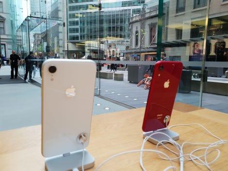 apple-store-sydney-iphone-xr-bench1.jpg