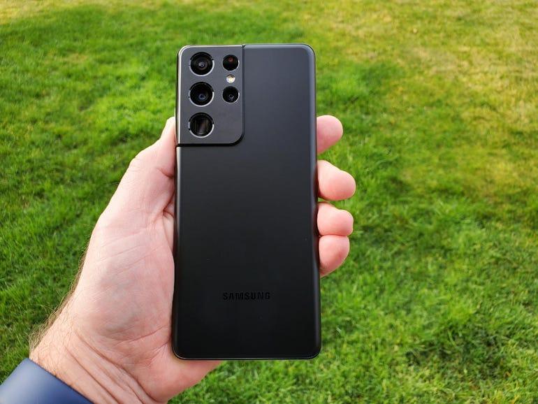 Samsung Galaxy S21 Ultra 5G in hand