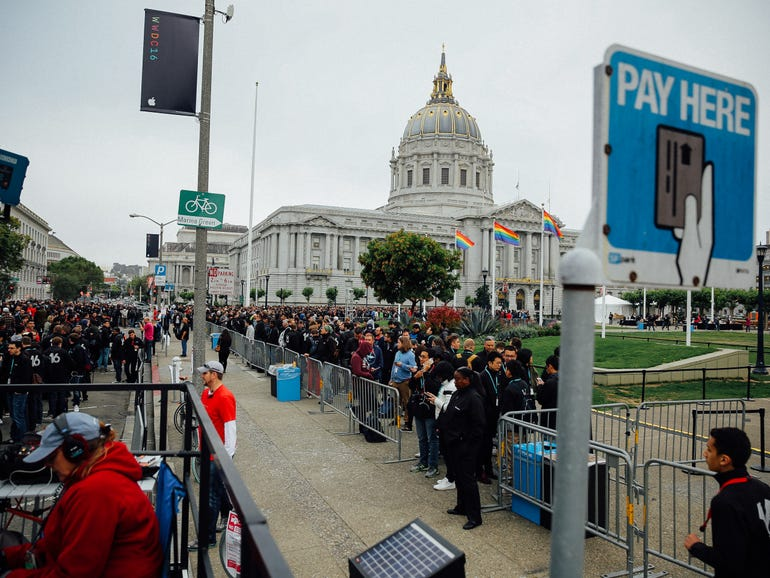 wwdc-crowd-and-exterior-8695.jpg