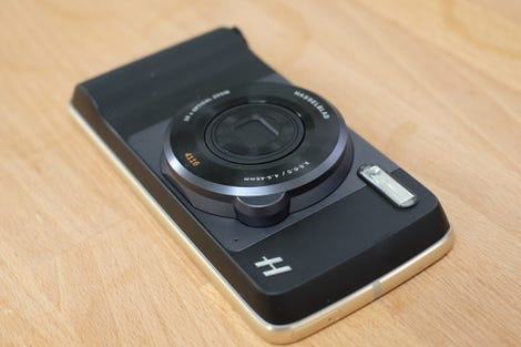 the-moto-z-play-and-hasselblad-true-zoom-moto-mod.jpg