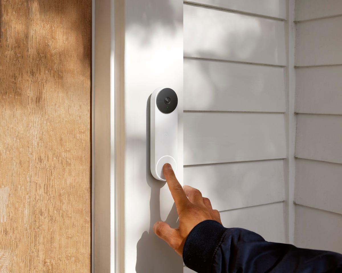 nest-doorbell-battery-snow-buttonpress-perspective-5x4.jpg
