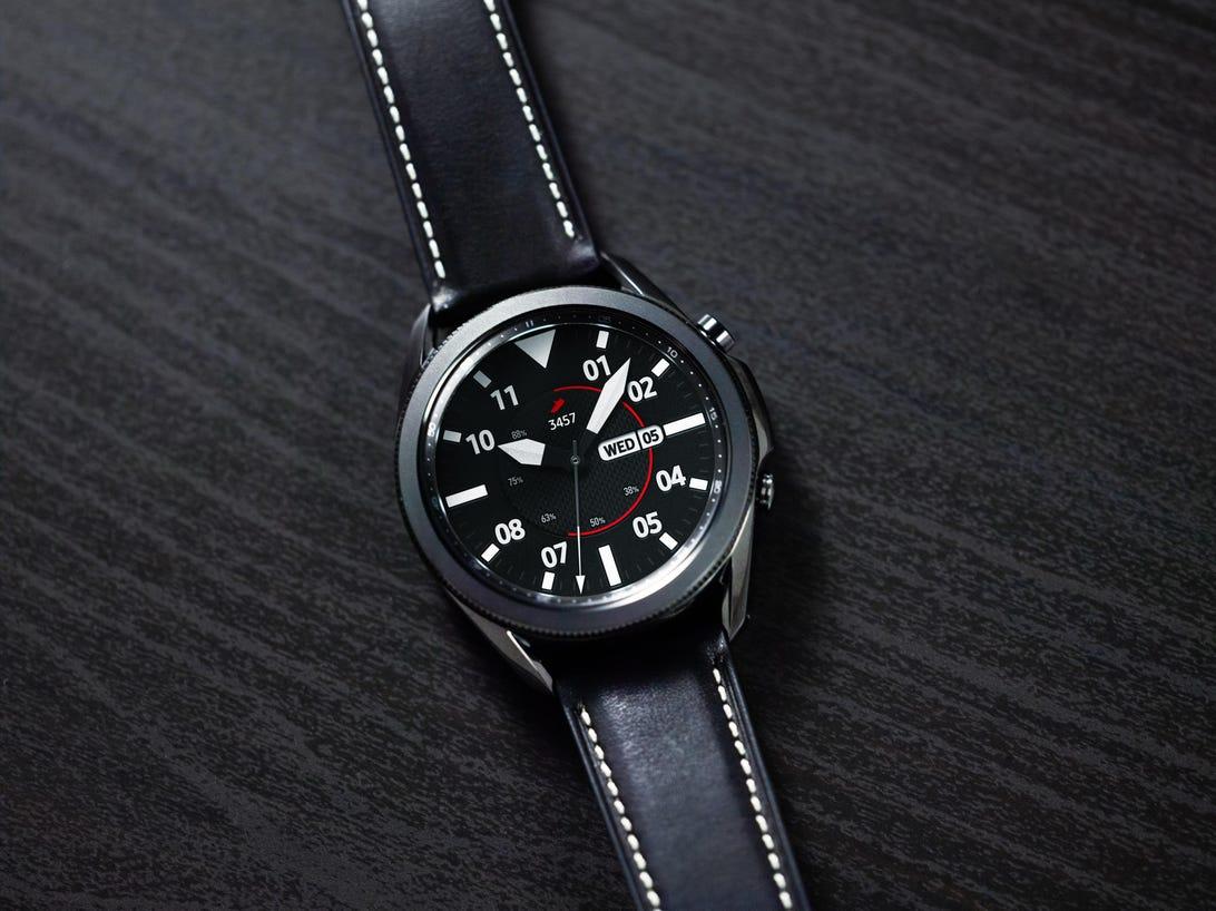 galaxy-watch3-mystic-black-front-close-up-lifestyle.jpg