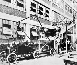 assemblyline-ford-in-1913-us-national-archives-via-wikimedia-commons.jpg
