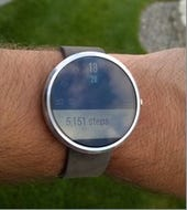 Moto 360 Android Wear timepiece receives major update, improves battery life