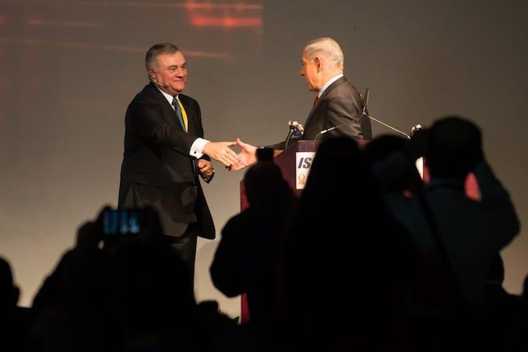 Stephen Mills (L) greets Israeli Prime Minister Benjamin Netanyahu at Cybertech 2014.