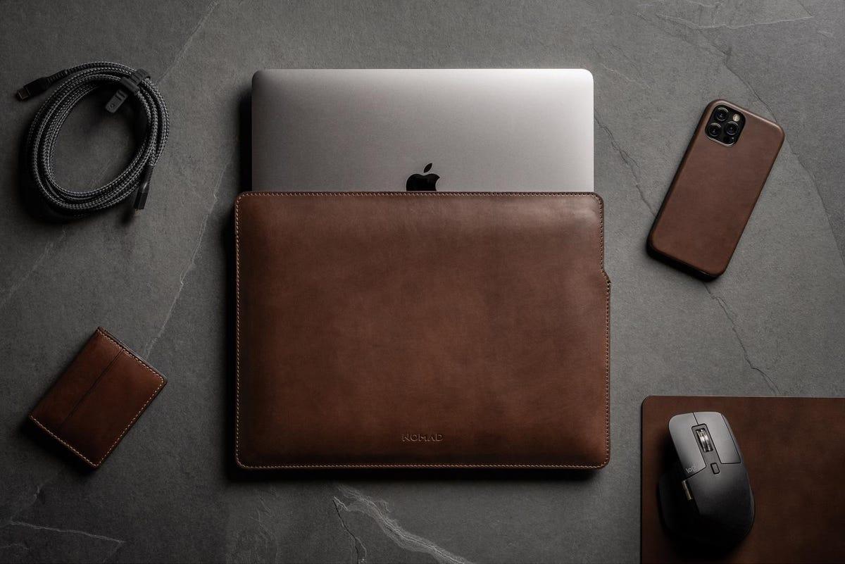 nomad-goods-leather-sleeve-macbook-pro.jpg